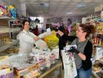 Reparto de mascarillas en supermercado de Las Navas