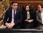 El presidente Pedro Sánchez con la vicepresidenta primera, Carmen Calvo, y el vicepresidente segundo Pablo Iglesias, en el Congreso.