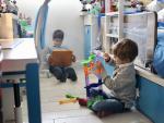 Dos hermanos juegan durante el confinamiento del estado de alarma por coronavirus.