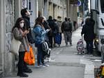 Varias personas con mascarilla en una calle de Italia.