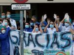 Sanitarios de la Fundación Jiménez Díaz devuelven los aplausos ciudadanos.