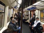 """Un vagón de Metro Madrid a primera hora del lunes 13 de abril de 2020, día de vuelta al trabajo tras la """"hibernación"""" por el coronavirus."""