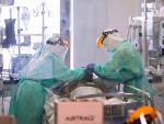 Sanitarios atienden a un paciente con coronavirus en el Hospital Ramón y Cajal de Madrid.