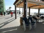 Terraza de un bar en el barrio marítimo de Baix a Mar de Torredembarra, en Barcelona.