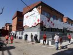 Vecinos de Getafe hacen cola ante el almacén de alimentos de Cruz Roja.