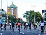 Los madrileños circulan por la ciudad en bicicleta.