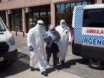 Personal sanitario traslada al hospital desde el Centro de Acogida, Emergencia y Derivación de Cruz Roja de Málaga a una de las personas afectadas por la Covid-19.
