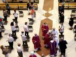 Un momento de la misa en la Sagrada Familia oficiada por el cardenal Juan José Omella ayer a pesar de que el Procicat no dio la autorización al acto