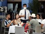 Varios turistas en la terraza de un restaurante de la Plaza Mayor de Madrid, el pasado sábado.
