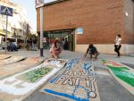 Los padres del Institut-escola Arts pintan pancartas para protestar por las obras en el colegio.