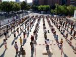Vista de los 240 alumnos de tercero de ESO del Instituto Antoni de Martí i Franquès de Tarragona, distanciados y con mascarilla, en el patio durante la presentación del primer día de curso 2020-2021.