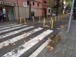 El paso de peatones en el que se encontraban las pilonas, en Sants.