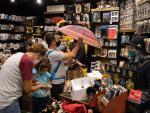 Clientes en una tienda de las Galerías Maldà