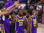 LeBron James y sus compañeros de Los Angeles Lakers, de celebración.