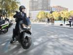El alcalde de Madrid, José Luis Martínez-Almeida, llega en moto al entorno del viaducto de Joaquín Costa.