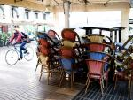 Aspecto de la terraza de un bar cerrado de las Ramblas de Barcelona.
