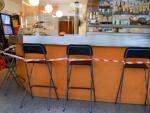Varias sillas inutilizables colocadas en el interior de un bar ubicado en la plaza de Santa Eugenia, en Girona, Catalunya, (España), a 16 de septiembre de 2020.