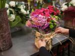 Alicia Casla, propietaria de la Floristería Caslaflor (calle de los Hermanos Pinzón, 3), prepara un ramo de flores para entregárselo a un cliente