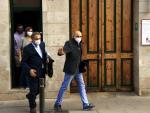Vendrell saliendo de su domicilio el lunes, después de que la Guardia Civil lo registrara.