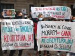 Trabajadores del sector cultural protestando este jueves ante el Departamento de Cultura del Govern.