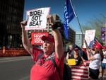 Cerca de un centenar de seguidores de Trump se moviliza en Phoenix.