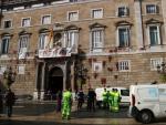 La fachada de la Generalitat pintada de rojo tras una protesta del sector de la restauración.
