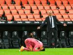 Zidane reclama una falta con Marco Asensio en el suelo en el Valencia - R. Madrid.