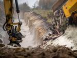 Un camión volquete descargar miles de visones muertos en una fosa, tras ser sacrificados en unas instalación militar cerca de Holstebro (Dinamarca).