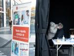 Un ciudadano se somete a la prueba de antígenos en la carpa del centro comercial Glòries de Barcelona.