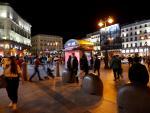 Decenas de personas pasean por la Puerta del Sol de Madrid este viernes.