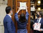 La presidenta de la Comunidad de Madrid, Isabel Díaz Ayuso, coloca el sello Garantía Madrid al restaurante Casa Botín.