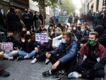 Varias personas participan en una concentración contra un desahucio en la calle Luna de Madrid.