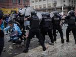 Enfrentamientos entre hinchas y policía en el velatorio de Maradona.