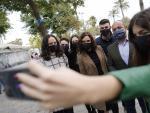 La presidenta Isabel Díaz Ayuso con miembros del colectivo 'S'ha acabat!'.