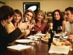 Un grupo de amigos durante una cena.