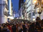 Vista general de la madrileña calle de Preciados desde la Puerta del Sol, completamente abarrotada este domingo.