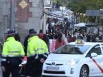 Varios policías municipales controlan el centro de Madrid este domingo, entre las calles de Alcalá y Gran Vía.