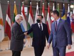 Pedro Sánchez junto a Emmanuel Macron y Josep Borrell, en Bruselas.