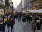 Personas con mascarilla paseando por el centro de Milán.