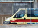 Una ambulancia espera fuera en la entrada de acceso de la cárcel de Soto del Real (Madrid).