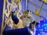 El rey Melchor saludando desde su carroza en la Cabalgada de Reyes Magos en 2020