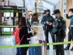 Miembros de la Guardia Civil y la seguridad privada hacen controles a los pasajeros en el aeropuerto de Ibiza este sábado, tras el cierre de la isla de Ibiza de forma perimetral.