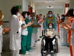 Elsa abandona el Hospital Gregorio Marañón entre los aplausos del personal sanitario.