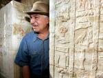 La maldición del faraón. Zahi Hawass, jefe del Consejo Egipcio de Antigüedades, a la entrada de una tumba recientemente descubierta y construida hace 4.200 en el complejo piramidal de Saqarra. A la entrada de la tumba había una inscripción que advertía de una maldición a los posibles ladrones, que sería atacados por serpientes y víboras si osaban entrar.
