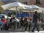 Una terraza, ocupando gran parte de la acera en una plaza del barrio de La Latina (Madrid).