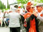 Una pareja de chulapos baila chotis durante las fiestas de San Isidro de Madrid.