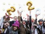 Esta mañana se han celebrado las preuvas de nochevieja en la céntrica Plaza del Sol de Madrid. Los asistentes han podido celebrar las célebres campanadas un día antes de fin de año en una celebración donde no han faltado las uvas, cotillón y mucho humor.