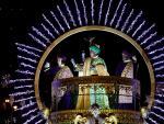 El rey Baltasar saluda desde su carroza durante la tradicional Cabalgata de Reyes que ha recorrido las calles de Madrid.