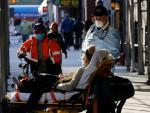 Un paciente de COVID-19 es trasladado a una ambulancia en la ciudad de Nueva York.