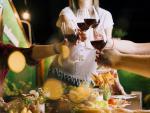 Gente brindando con vino